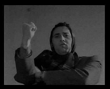 """Alberto Sordi fa il gesto dell'ombrello nel film """"I vitelloni""""."""