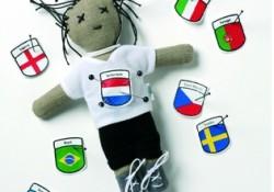 FooTooKit: bambolina per riti vudù lanciata per i Mondiali 2006. Non solo i calciatori, ma anche i tifosi credono nella magia.