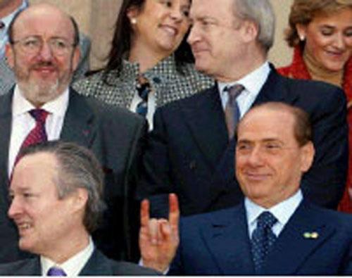 2002: Berlusconi fa le corna al ministro spagnolo Josep Pique, dopo un vertice Ue. Le corna che fanno ridere sono solo quelle degli altri.