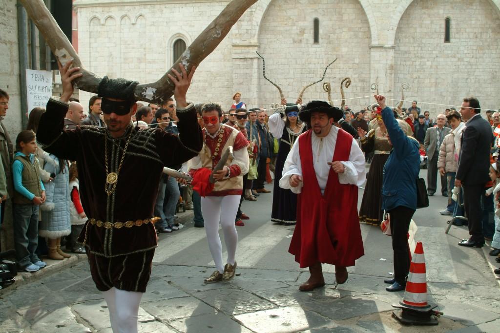 Sfilata di cornuti alla festa di San Martino a Barletta.