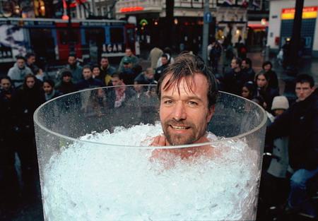 L'olandese Wim Hof, capace di stare immerso nel ghiaccio per 1h 13' e 48'': un Guinness. Il merito? Non le parolacce, ma una tecnica yoga di meditazione tibetana, il tummo.