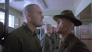 """Il sergente Maggiore Hartman nel film """"Full metal jacket"""" (1987): un esempio dell'uso di parolacce come sfogo per affrontare il dolore dell'addestramentio militare."""