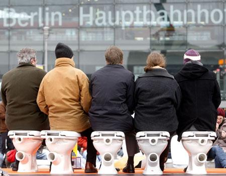 """""""World toilet day"""" a Berlino: una manifestazione per chiedere servizi igienici nel Terzo mondo."""