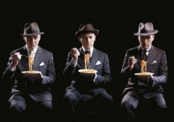 I Gotan project, gruppo musicale parigino, vestiti da mafiosi che mangiano spaghetti: i più banali stereotipi sugli italiani.