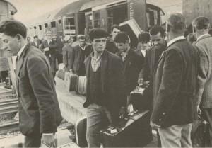 Emigranti italiani arrivano alla stazione di Wolfsburg (Germania) in cerca di lavoro.