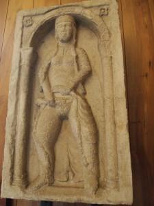 La scultura di porta a Milano.
