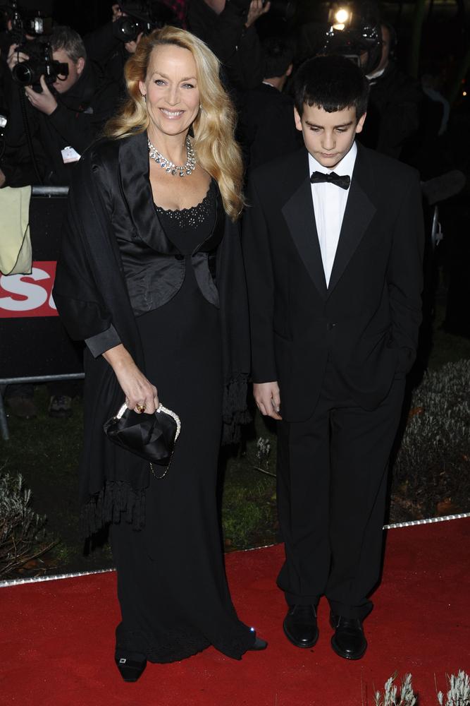 Jerry Hall e uno dei suoi figli (Shutterstock).