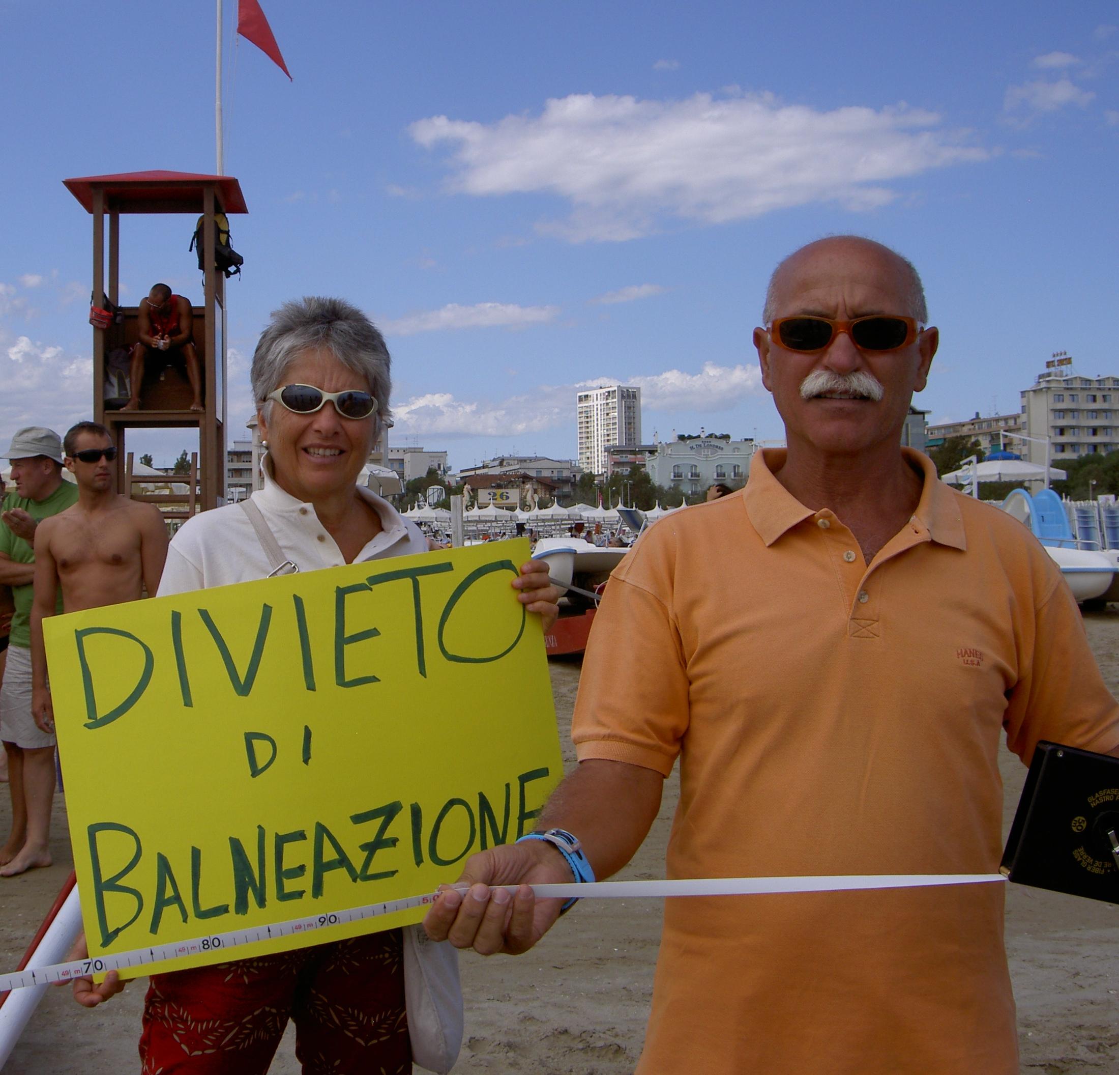 Sergio Giordano e la moglie durante una manifestazione in spiaggia.