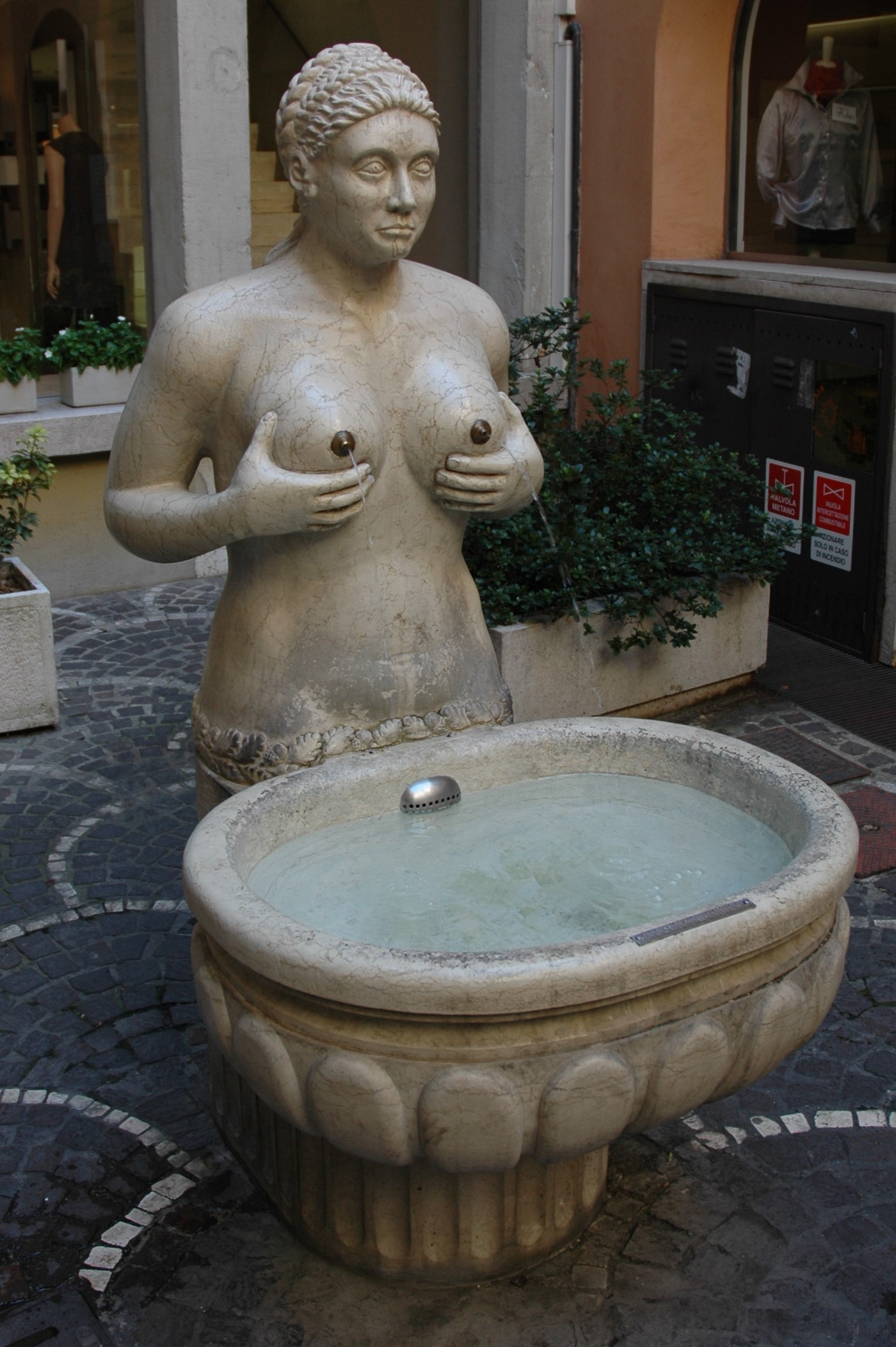 Treviso, la Fontana delle tette (1559): zampillava vino.